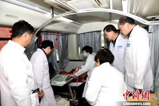 图为青海省人民医院医疗分队在该省大通县扶贫义诊。(资料图) 孙莹 摄