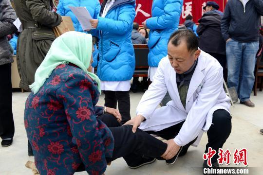 图为青海省医务工作者扶贫义诊。(资料图) 孙莹 摄