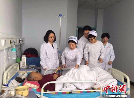 景玮(左一)带领的扶贫医疗队正在阳高县人民医院查房。 范丽芳 摄