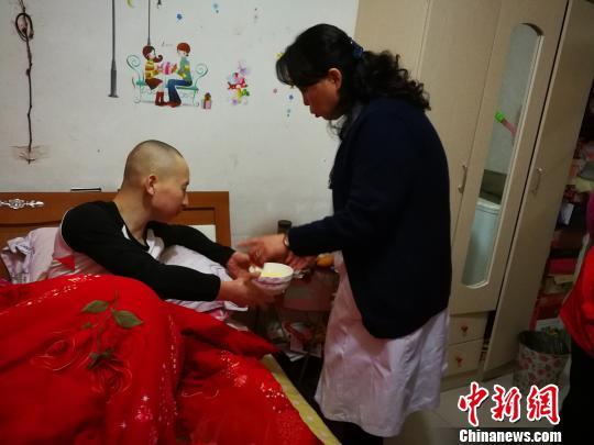 1990年出生的小伟两年前突然感觉右小腿疼痛,起初以为是普通的炎症或骨质增生,后来病情加重,没几天连路都走不了。2016年10月,小伟去医院检查,竟被告知患有骨肉瘤(恶性骨肿瘤的一种)。 范丽芳 摄