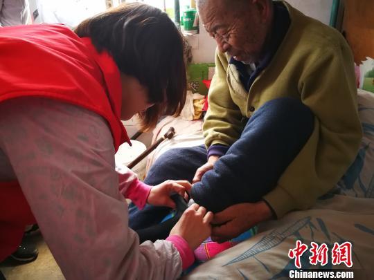 张耀蓉、桑倩、王茜雅、李晓芳是山西医科大学社会工作系大二的学生。此次入户服务后,他们将与服务对象保持联系,定期回访。 范丽芳 摄