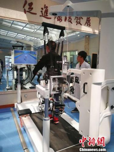 """2017年,山西省针灸医院引进瑞士第六代专业型下肢康复机器人,将针灸的""""静""""与康复的""""动""""结合,对脑外伤患者进行康复训练。 范丽芳 摄"""