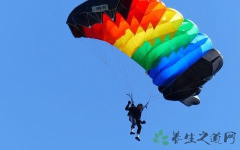 高空跳伞怎么调整方向