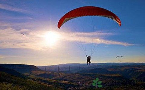 跳伞怎么控制方向 什么是跳伞极限运动