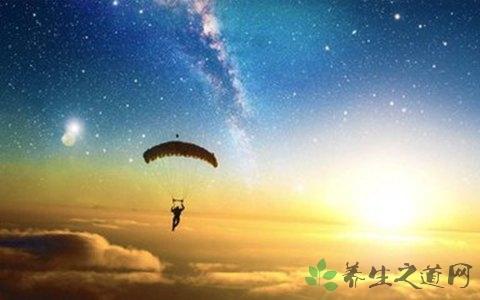 跳伞怎么控制方向