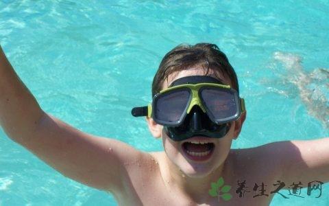 游泳保持身体平衡的方法
