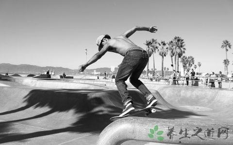 玩四轮滑板的技巧
