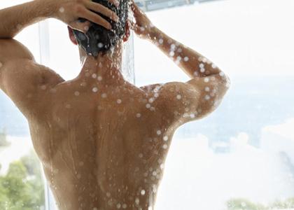 助于养生的另类洗澡方式 揉肚子治便秘