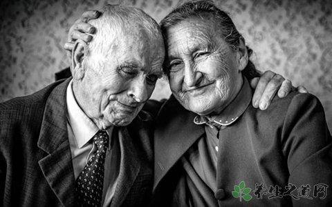 夫妻将92岁老母当猪养 警方介入调查