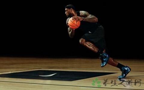 刚打篮球怎么练基础运球