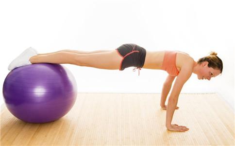 健身球怎么玩 玩健身球有什么好处 健身球的锻炼方法