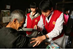 成都九龙妇科医院赢口碑 志愿者服务队开展义诊捐助活动