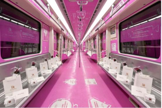 """圣诞,全国各地铁惊现千份DR钻戒""""爱的礼物"""",乘客直呼惊喜又"""