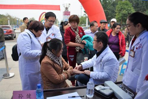 """中医""""浮针疗法""""被壮族村医追捧 中恒乡村医学院在八桂大地穿行"""