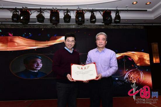 王一鸣研究员为河南政协常委刘五一授予聘书