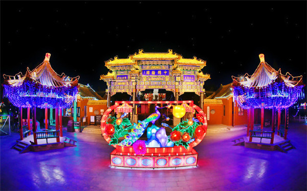 开封庙会:万盏花灯夜空盛放 游客如织流连忘返